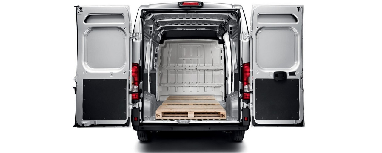 Peugeot Boxer : Las puertas batientes miden hasta 2,03 m de altura y permiten disfrutar de una anchura útil de 1422 mm entre pasos de ruedas, la mejor de la categoría.