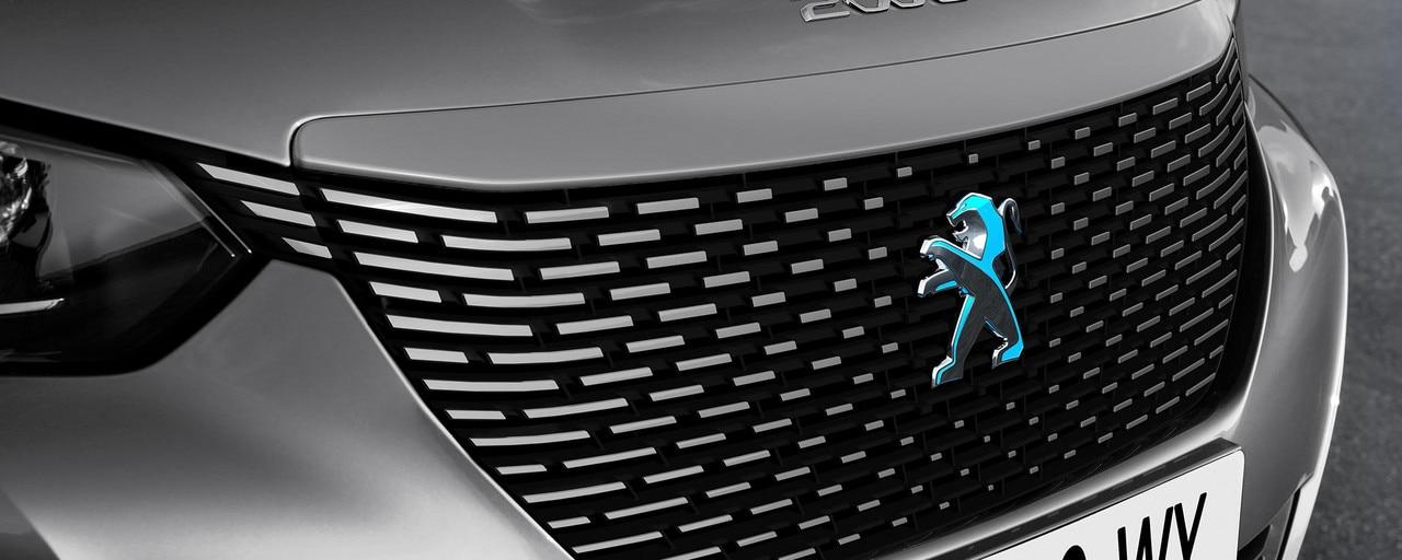 Nuevo SUV eléctrico PEUGEOT e-2008 para los profesionales: calandra del color de la carrocería con el león dicroico