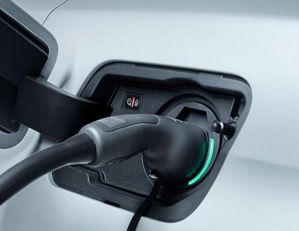 SUV PEUGEOT 3008 HYBRID4 y HYBRID: La trampilla de recarga está situada en la aleta trasera izquierda del vehículo (simétricamente a la trampilla del combustible).